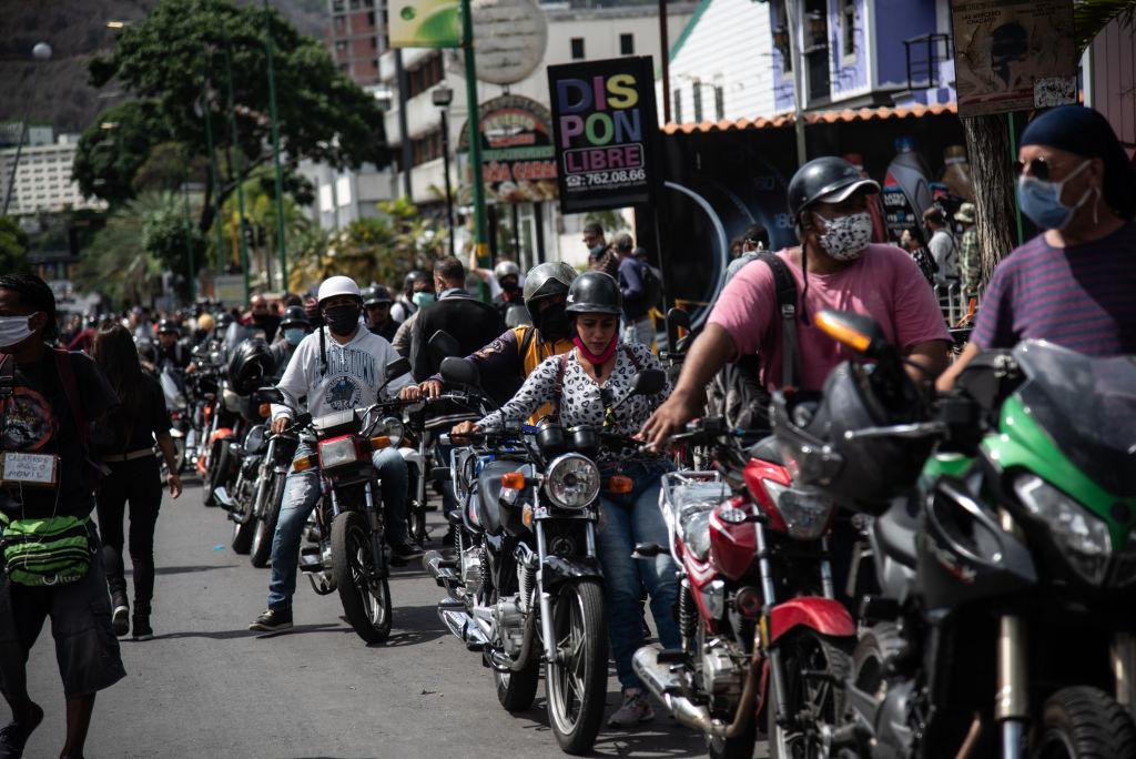 Se repite la escena: largas filas por escasez de combustible en Venezuela