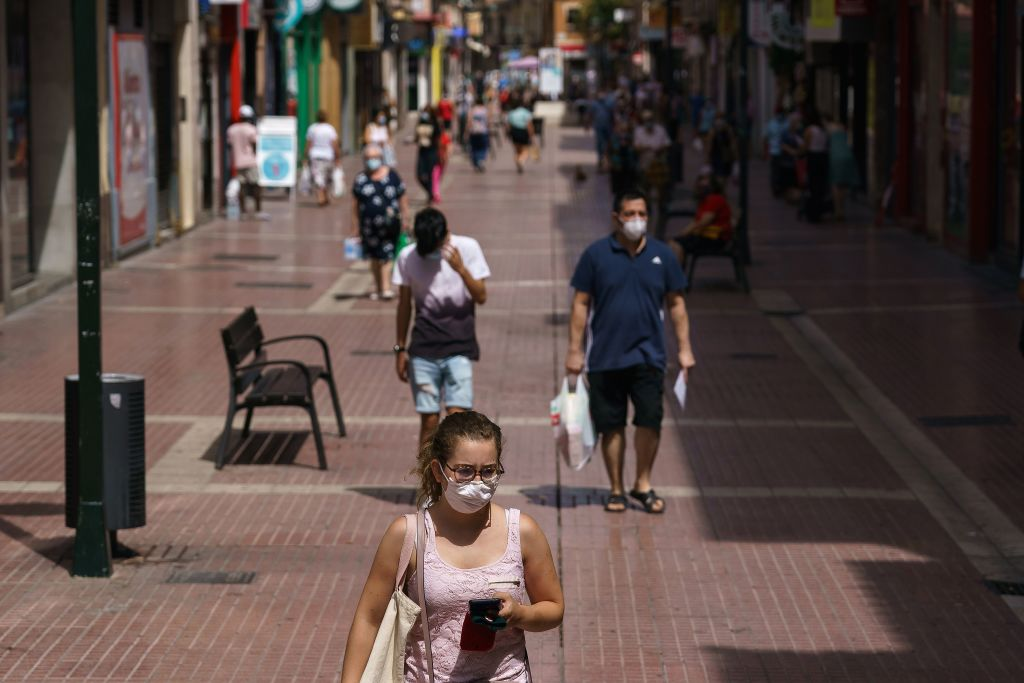 Cierran bares y discotecas, prohibido fumar al aire libre sin distanciamiento, entre otros: España vuelve a imponer restricciones tras aumento de casos de coronavirus