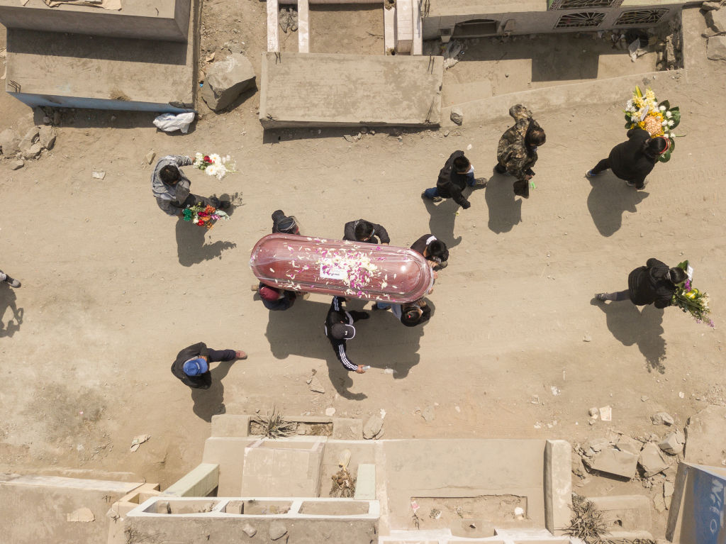 Vacuna perú coronavirus LIMA, PERU - AUGUST 20: Relatives of Teofilo Yovera Yarleque, who according to his family died of complications caused by COVID-19, carry the coffin during his burial at