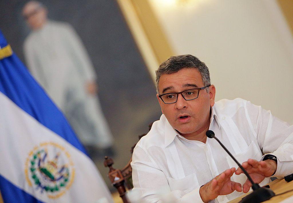 Nueva orden de captura contra expresidente Mauricio Funes por tregua con pandillas en El Salvador