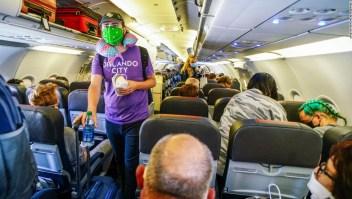 Una mujer pudo haber contraído el coronavirus en el baño de un avión, dicen investigadores
