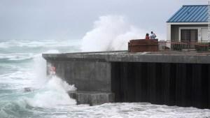 La tormenta tropical Isaias está en camino de impactar las Carolinas en EE.UU. el lunes por la noche después de mudarse al norte de la costa de la Florida