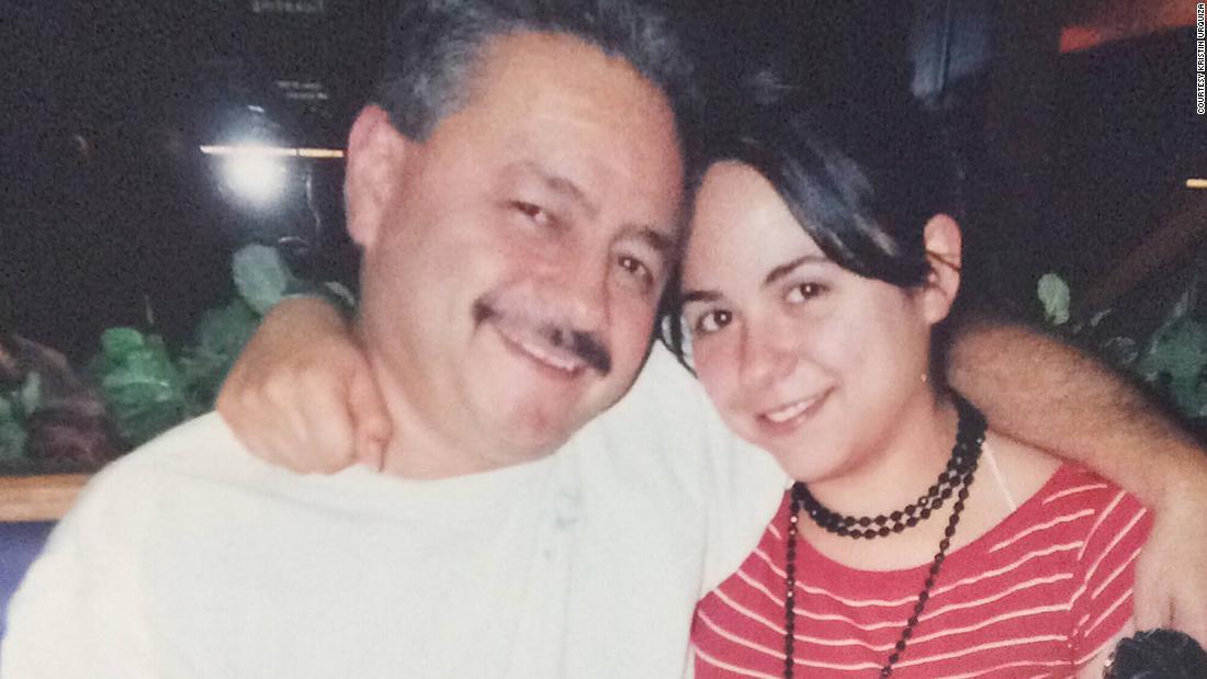 Mujer que perdió a su padre por covid-19: 'Su única condición preexistente era confiar en Donald Trump'