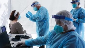 Las vacunas y los propagadores asintomáticos pueden tener la clave para responder a los misterios del covid-19, dicen los expertos