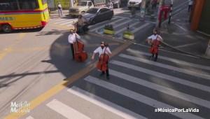 Música y flores, la iniciativa para animar a enfermos de covid-19 en Medellín, Colombia