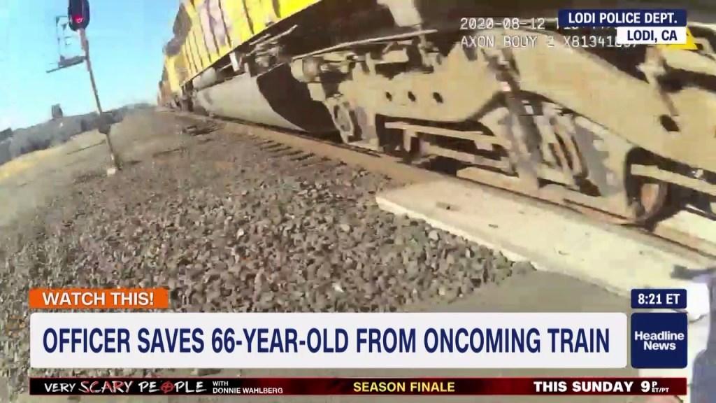 Policía salva a hombre en silla de ruedas en las vías del tren