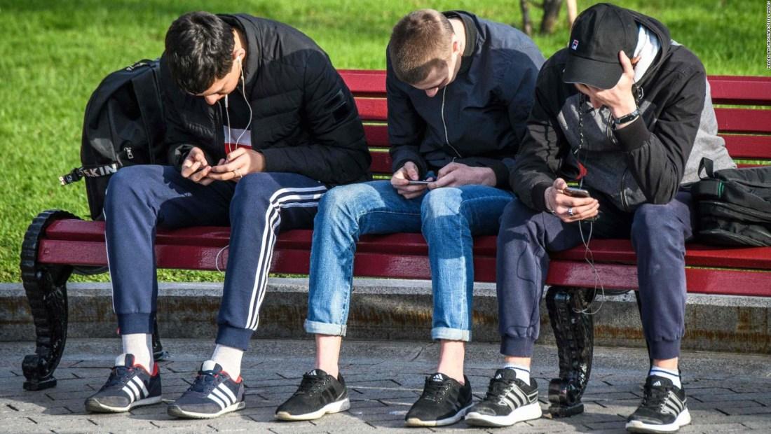 Adolescentes casi duplican casos de niños con covid-19