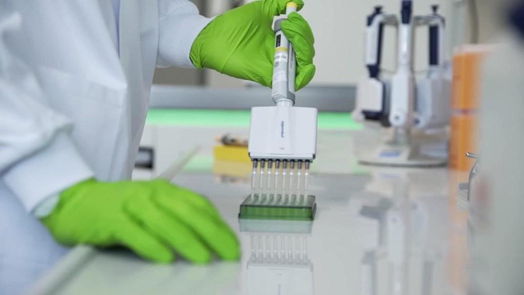 Primeras vacunas de Pfizer y BioNTech serán para EE.UU.