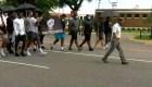 Este entrenador lidera una marcha de estudiantes
