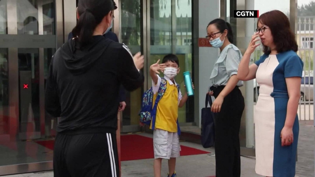 Estudiantes en China regresan a clases