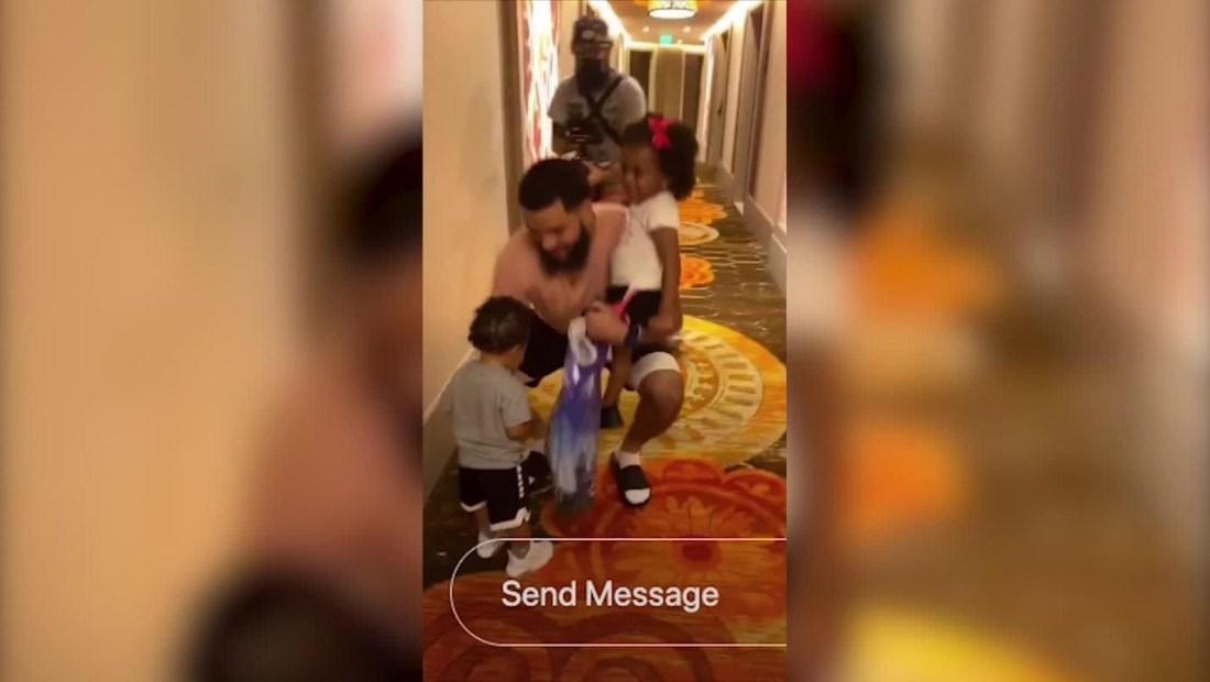 NBA: el emotivo reencuentro de un jugador con sus hijos