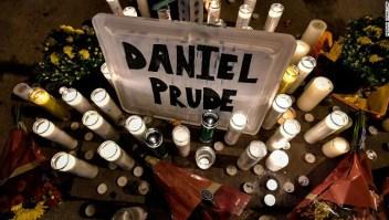 Familia pide el arresto de policías por la muerte de un hombre negro después de que se arrodillaran sobre él