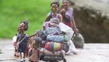 El dolor de una familia migrante esculpido en plastilina