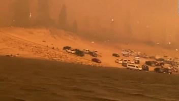 Una familia logra escapar de un incendio en un bote