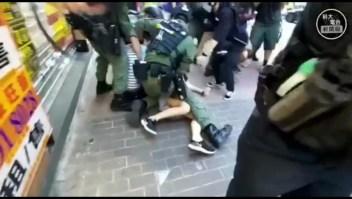 Hong Kong: la policía niega episodio de brutalidad en detención de niña