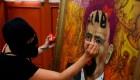 Pintor de retrato intervenido, a favor de feministas