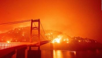 Unos 40 incendios afectan la costa oeste de EE.UU.