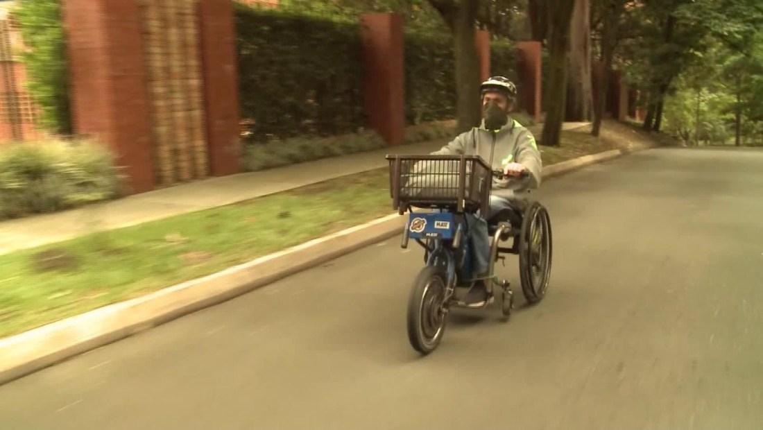 Joven colombiano da trabajo a personas con discapacidad