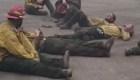 Bomberos cantan en su descanso tras combatir las llamas