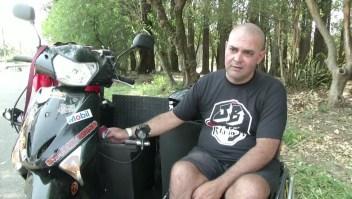 Adapta motocicleta a su silla de ruedas y reparte comida