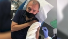 Este mexicano se deja poner una vacuna de covid-19 en Madrid