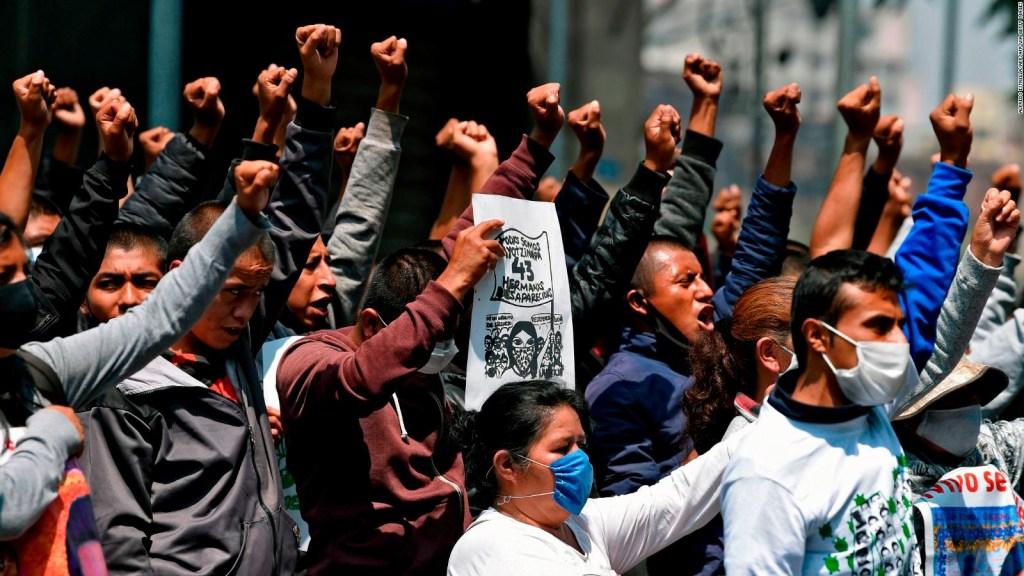 Padres de los 43 de Ayotzinapa exigen justicia