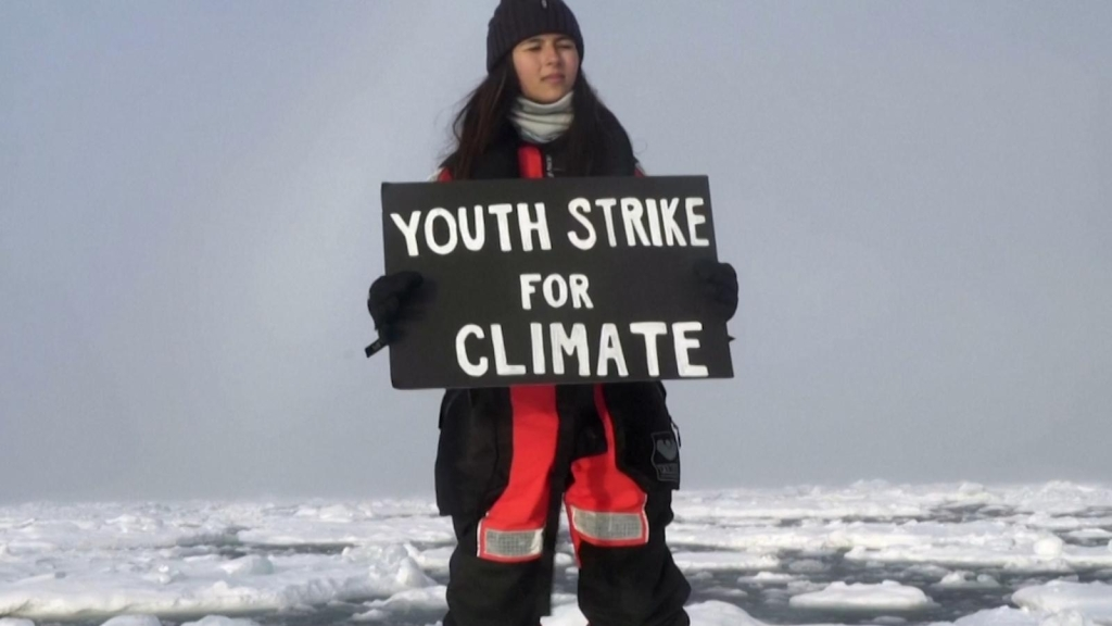 Joven protesta en el Ártico contra el cambio climático