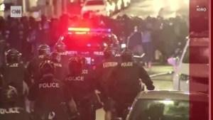 Video muestra a un policía atropellando a manifestante