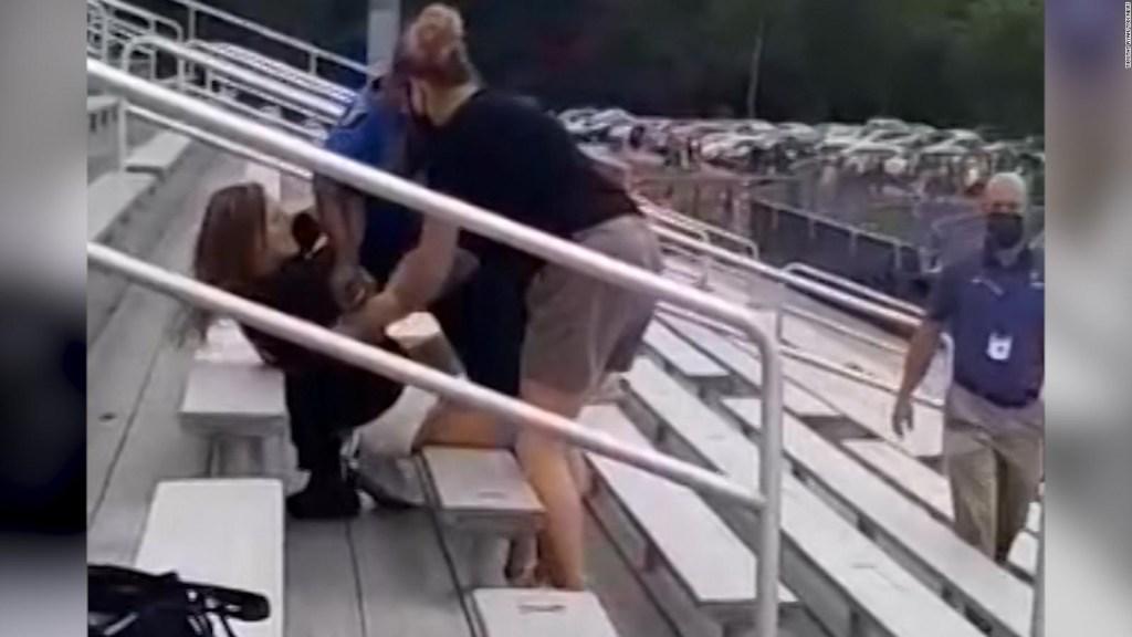 Con táser intentan retirar a mujer que no usó cubrebocas