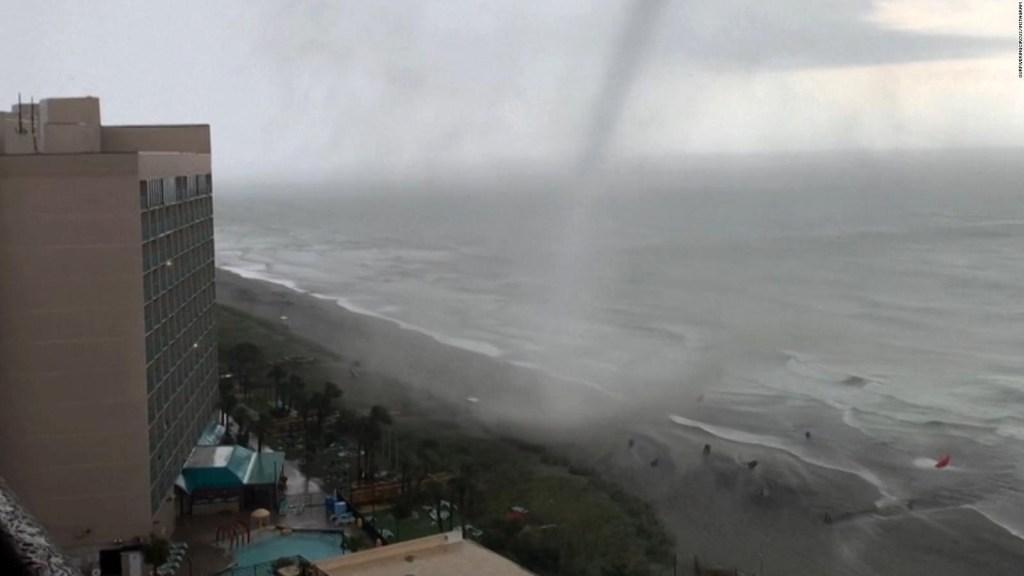 Bañistas tienen aterrador encuentro con un tornado