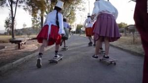 """Mujeres mezclan cultura """"cholita"""" y patinaje en Bolivia"""