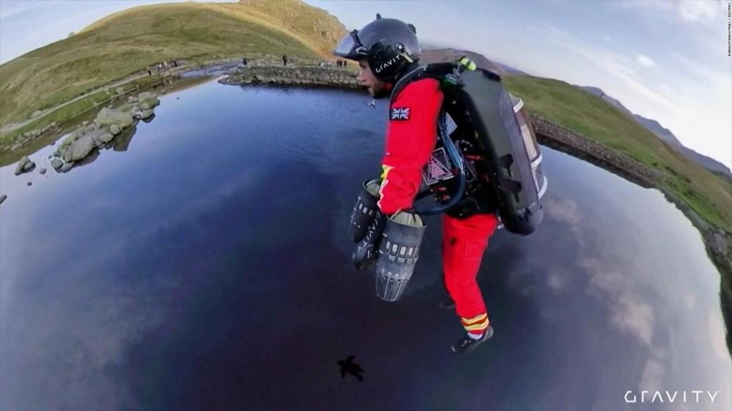 Paramédicos prueban un traje volador para zonas remotas