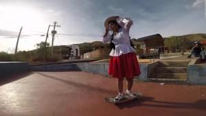 Las nuevas cholitas de Bolivia andan sobre ruedas
