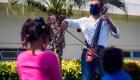 Pablo Polanco es un chelista que da conciertos en los hospitales como una muestra de apoyo al personal sanitario y a los pacientes con covid-19