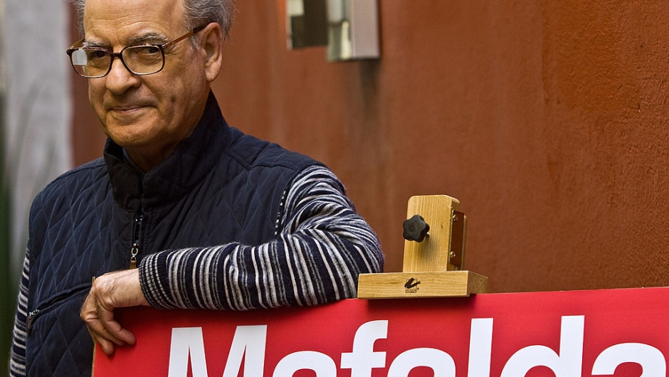 "Famous Argentine caricaturist Joaquin Salvador Lavado (Quino), poses during a press conference in Mexico City, on November 26, 2008. Quino is in Mexico to launch an unpublished book of his famous series ""Mafalda"". AFP PHOTO/Ronaldo SCHEMIDT (Photo credit should read Ronaldo Schemidt/AFP via Getty Images)"