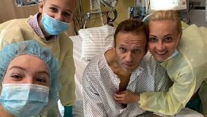 Alexey Navalny sentado en su cama de hospital a principios de este mes.