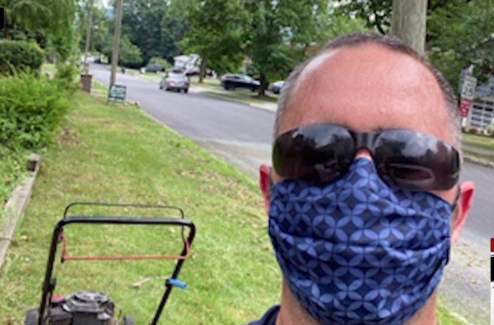 Hombre despedido a raíz de la pandemia corta el césped gratis a ancianos y veteranos