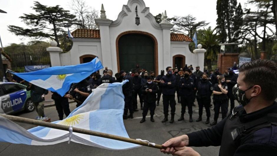 Policías de Buenos Aires protestan frente a Policías de Buenos Aires protestan frente a Quinta de Olivos