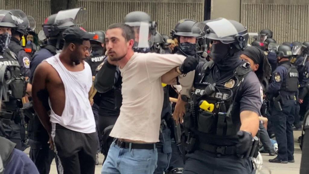 Rige toque de queda en Louisville tras protestas
