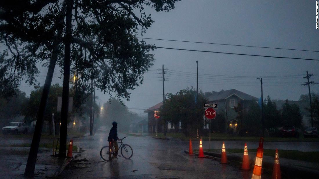 Zeta deja a más de 2,1 millones de hogares sin electricidad y varios muertos tras azotar la costa del Golfo
