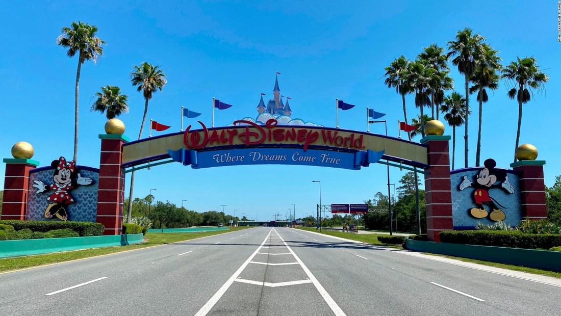 Elizabeth Warren acusa a Disney de priorizar ejecutivos