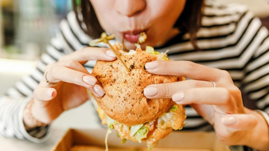 Comer por estrés: ¿Por qué buscamos alivio en la comida?