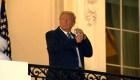 Trump regresa a la Casa Blanca y posa sin mascarilla
