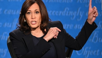 Harris cuestiona a Trump por no condenar supremacismo blanco
