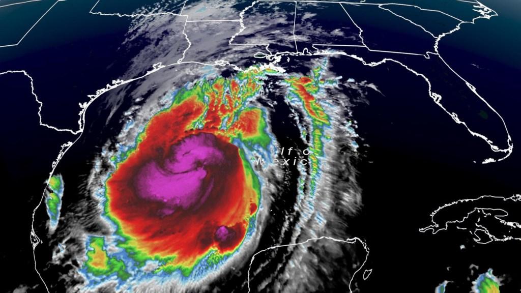 Delta se fortalece y su amenaza se extiende a Texas