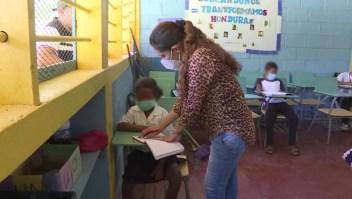 Maestra embarazada sigue dando clases en la pandemia a niños indígenas