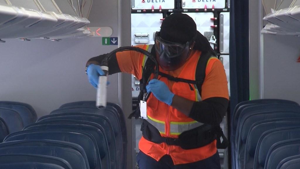 Mira cómo las aerolíneas desinfectan sus aviones