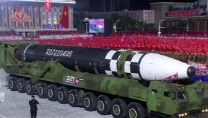 Corea de Norte revela enorme misil balístico