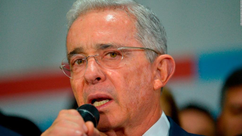 Conceden libertad al expresidente Álvaro Uribe