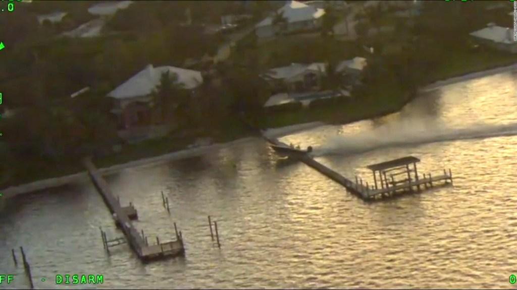 Florida: bote fuera de control se estrella contra muelles